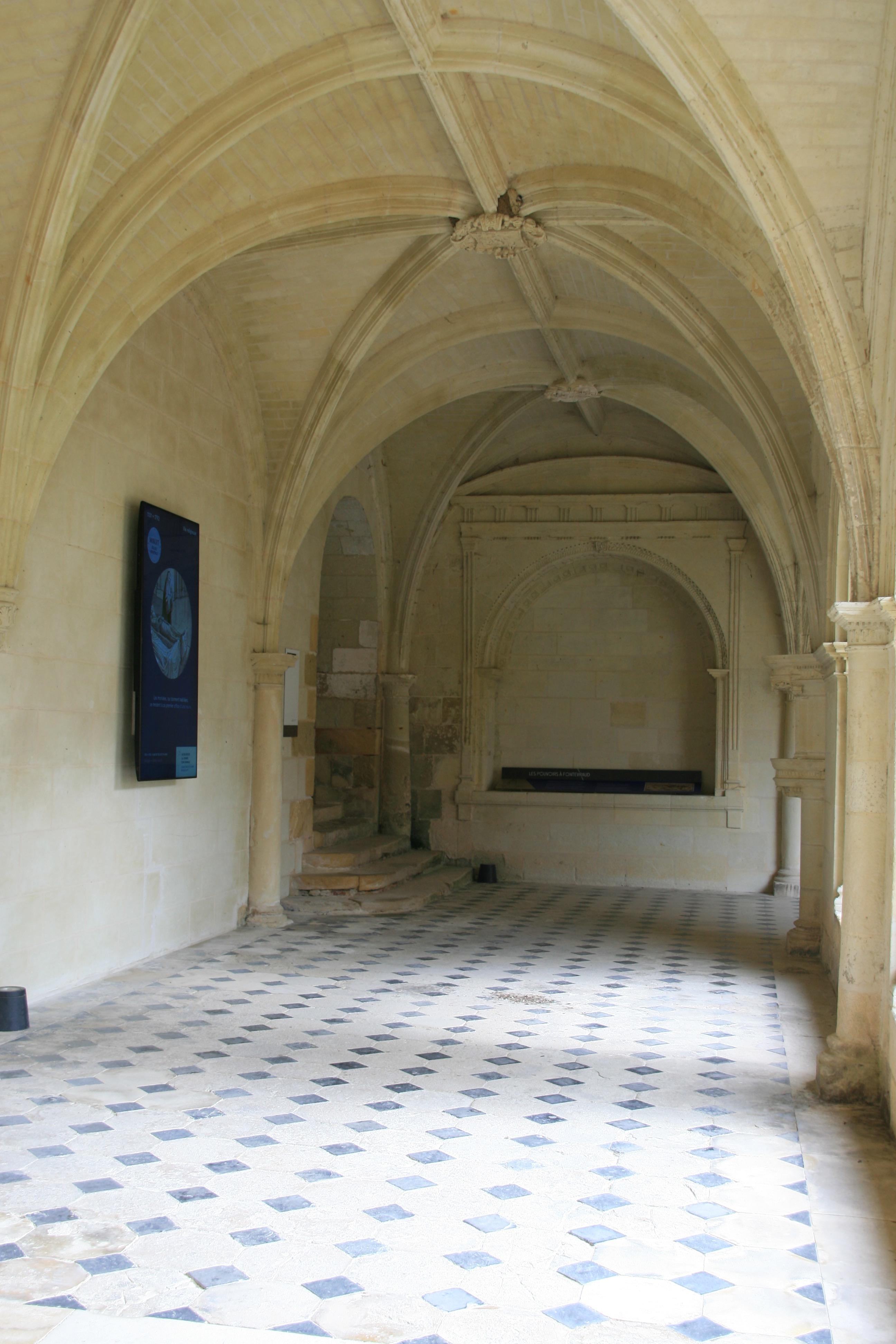 Écrans diffusant de courts d'animations informant le visiteur sur l'histoire de l'Abbaye Royale