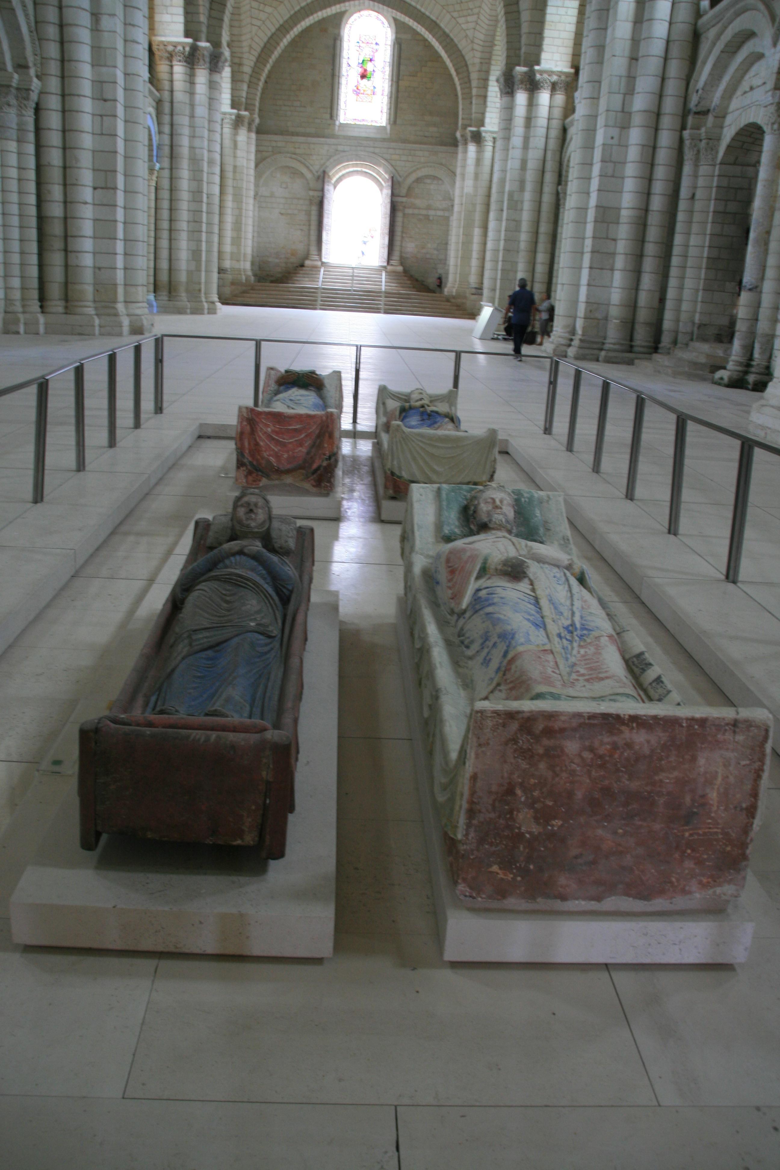L'Abbaye Royale de Fontevraud c'est aussi les gisants d'Aliénor d'Aquitaine, d'Henri II Plantagenêt, Richard Coeur de Lion et Isabelle d'Angoulême, que l'on apprend à (re)découvrir grâce à l'histoire de Fontevraud.